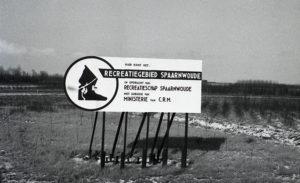 Recreatiegebied Spaarnwoude toen dat net aangeplant was in de jaren 80. Net achter het bord loopt de wethouder van Essenweg.