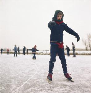 Schaatsen leren op de Mientekade in Halfweg.